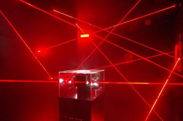 スパイ映画や泥号映画で出てくる赤いセンサー